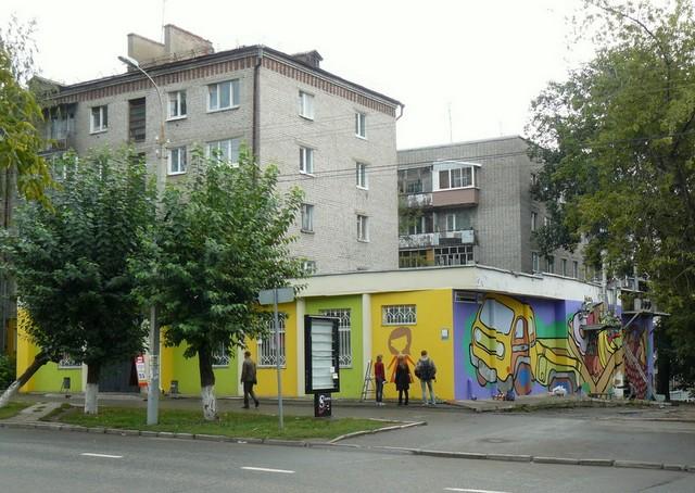 Graffitisek dekorálják az egyik élelmiszer boltot Izsevszkben..jpg
