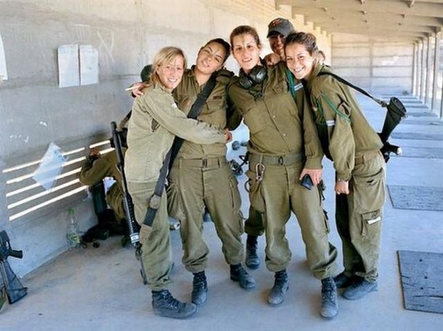 Izrael felfegyverzett csajok.jpg