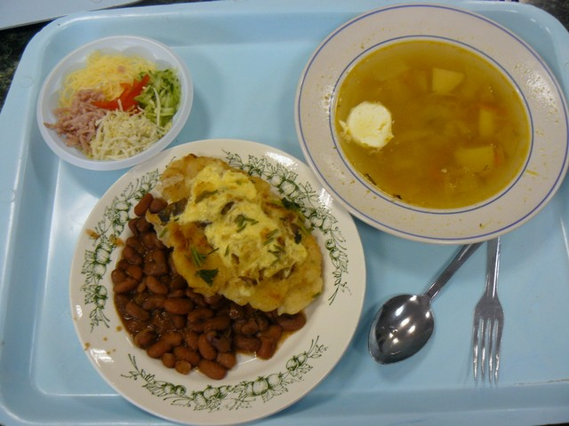 Menzakaja_sárgaborsós krumplileves, majonézes sült sertésszelet dinsztelt babbal és előétel sonkából, sajtból, tojásból és uborkából természetesen ez is majonézzel.jpg