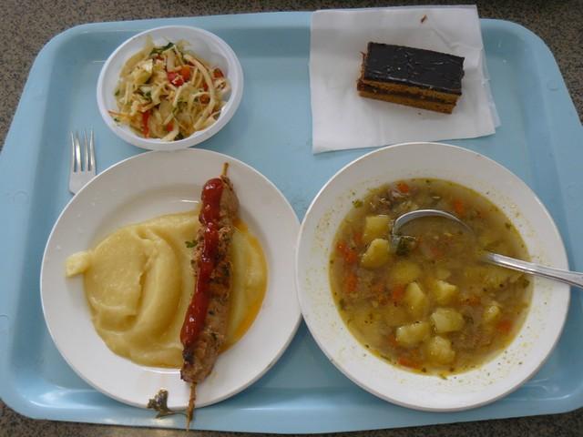 Szintén ebéd_pohlebka leves, saslik krumplipürével, káposzta saláta és karamellizált sűrítettejjel töltött mézes sütemény..jpg