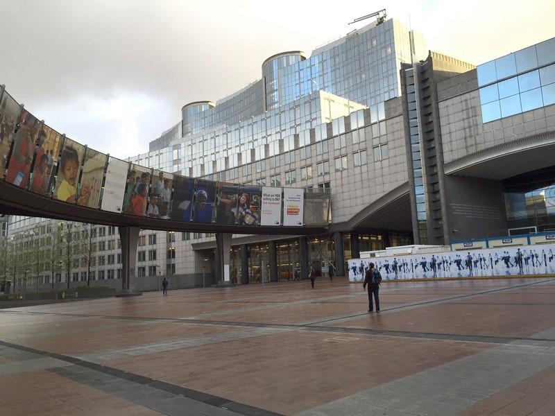 az_europai_parlament_elotti_esplanade_bekeidoben_mindig_zsufolt.jpg