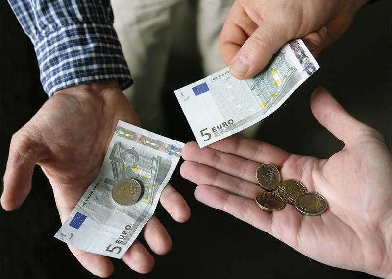 euro_kezekben.jpg