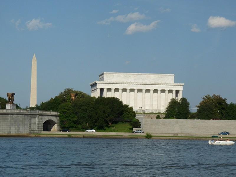 Háttérben a Lincoln memorial és a Washington Monument