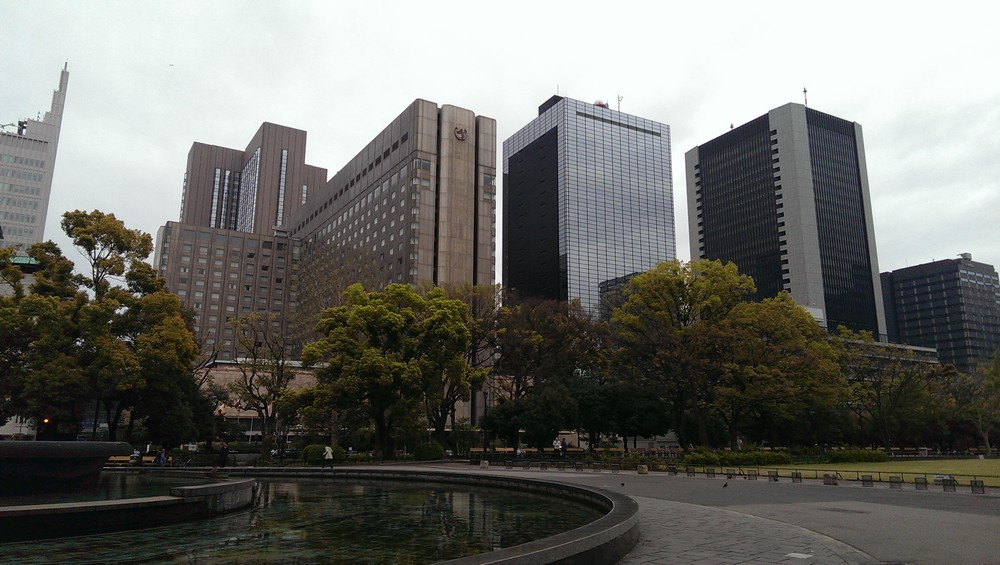 hibiya_park_at_the_foot_of_skyscrapers.jpg