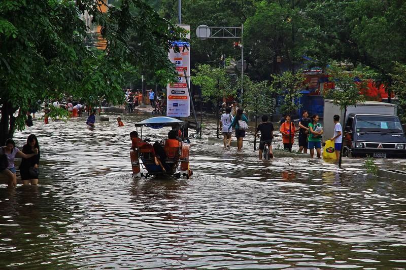 indonezia_esos_evszak_kiont_a_csatorna.JPG