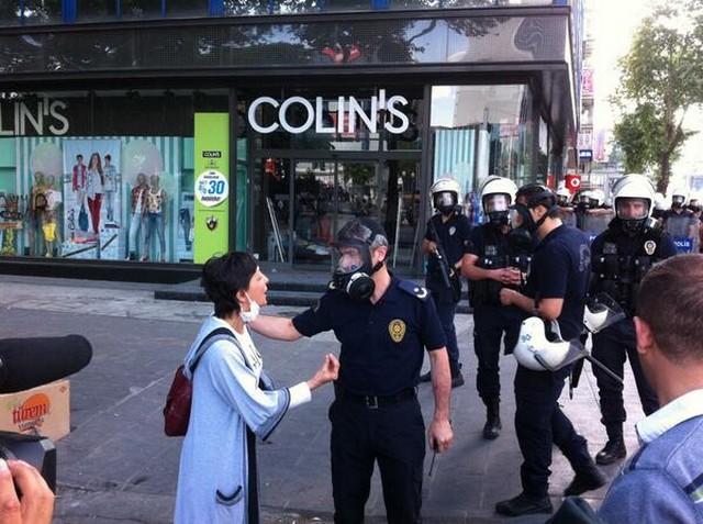 rendőrök és civilek.jpg
