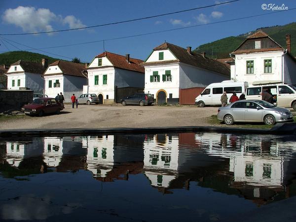 A vajor  mögött  a tipikus torockói, Europa Nostra díjas házak