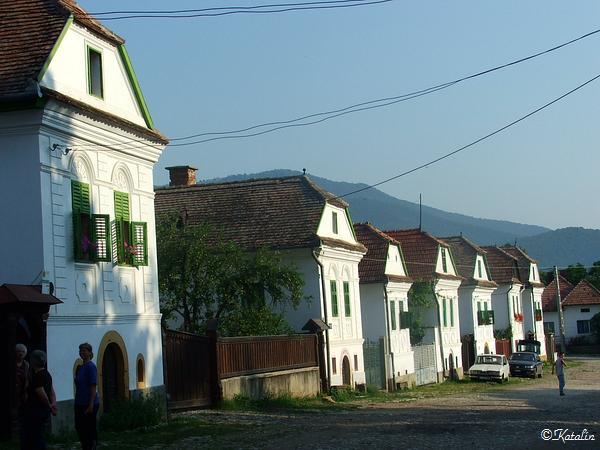 Reggel a Felső Piacsor házaival - az Europa Nostra díjat 2000. szeptember 10-én kapta meg a falu.