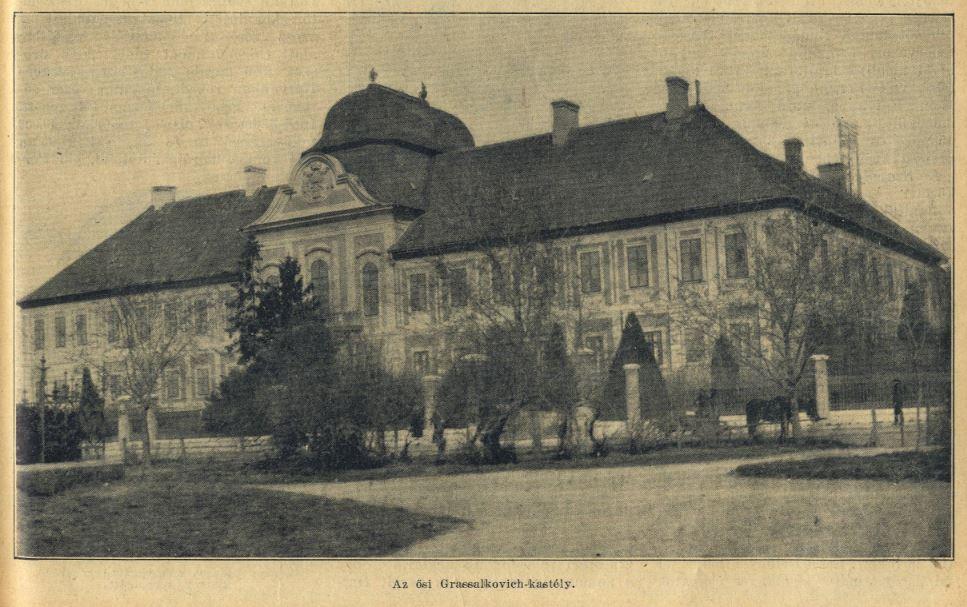 Eredetileg a Grassalkovich-család által épített hatvani kastély a Kossuth téren.