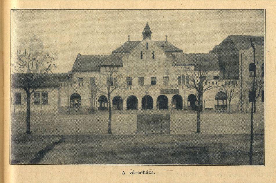 """Bár Hatvan ekkor hivatalosan nagyközség volt, a köznyelv a """"város"""" megnevezést 1871 után is fenntartotta, bár éppen a városháza esetében használták gyakran szinonimaként a községháza kifejezést."""
