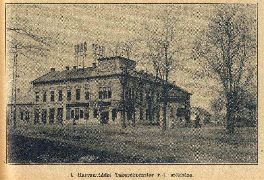 Az 1. sz. Postahivatal (a földszinten), illetve a Hatvanvidéki Takarékpénztár (az emeleten) épülete. Utóbbi 1873. évi alapításával a település legrégebbi pénzintézeteként működött.