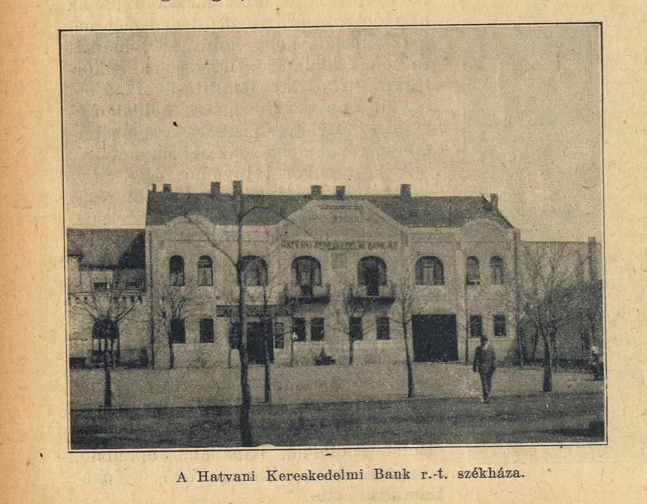 A Városháza melletti épület, akkoriban a Hatvani Kereskedelmi Bank székháza, később a járási tanács fészke.