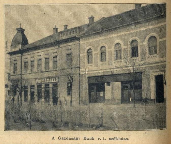 A Gazdasági Bank egykori székháza (jobbra) a főút mentén.