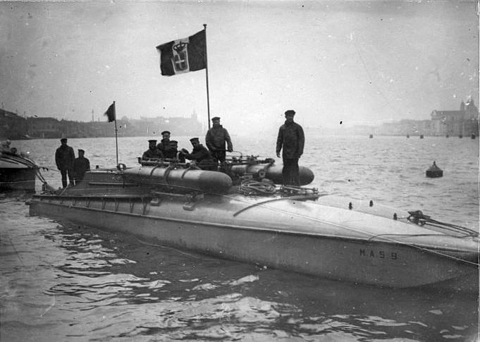 Az SMS Wien-t elsüllyesztő MAC-9 olasz tengeralattjáró-elhárító motorcsónak (1917)<br />(forrás: Wikipédia)