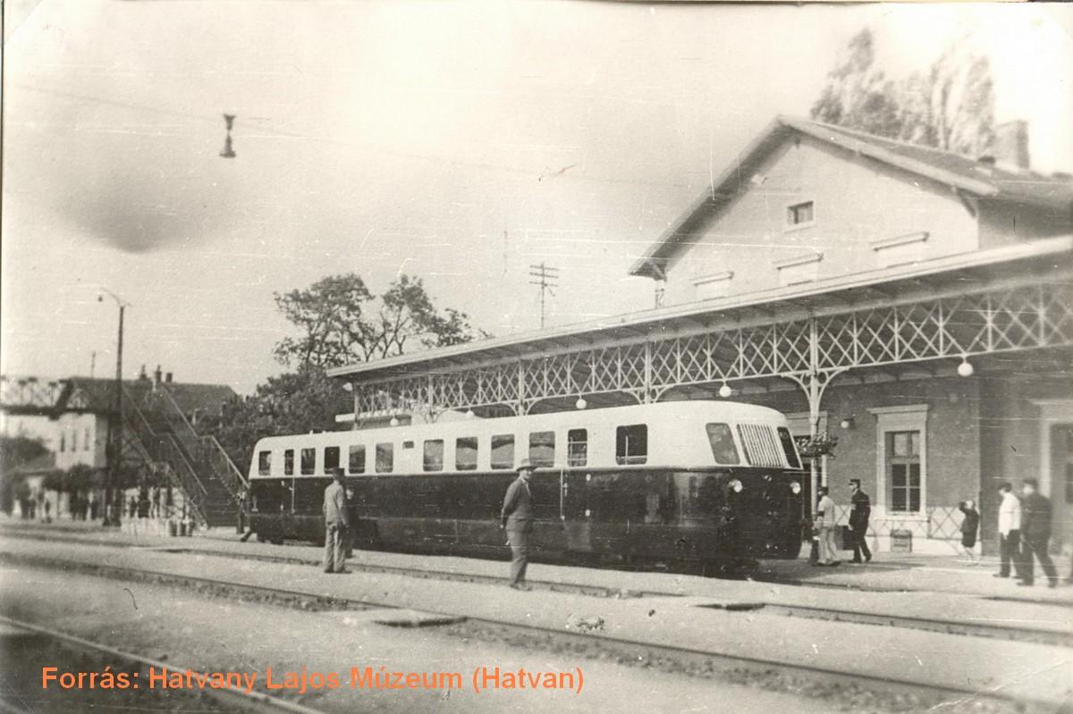 A régi vasúti pályaudvar, az 1. vágányon egy Árpád sínautóval.