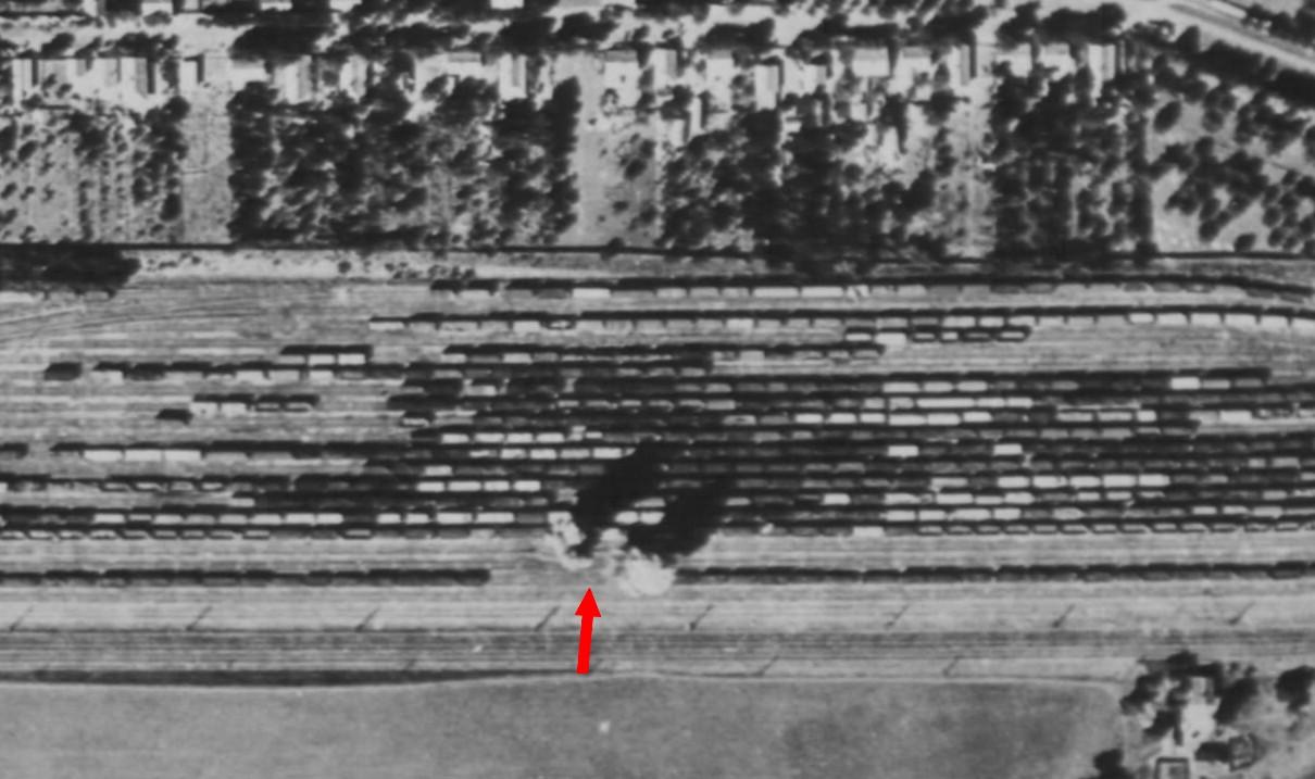Előző fénykép nagyított részlete, amelyen éppen becsapódik az első két bomba.