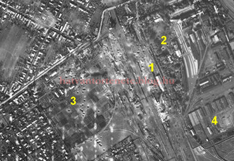 Légi felvétel a támadás után, amelyen jól látszanak az egyes bombatölcsérek.<br />1=az elpusztult vasúti pu. helye<br />2=cukorgyári becsapódás<br />3=vasúttelepi becsapódások<br />4=a cukorgyári gyűjtőtábor barakksora, ahonnan a környékbéli zsidóságot három hónappal korábban deportálták.<br />(Elnézést, azonban e rendkívüli jelentőségű fénykép forrását nem tudtam beazonosítani…)