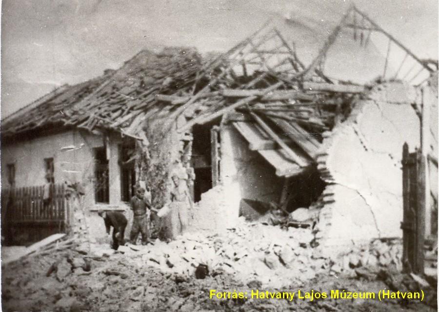 Hatvani férfiak takarítják a romokat egy megsérült újhatvani háznál.
