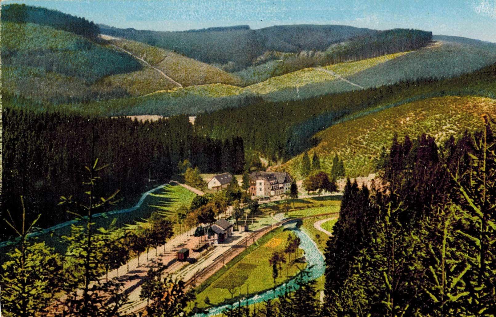 1923, az építkezés nyomai, ahol a bal alulról induló út és sínek eltűnnek nagyjából középen, a dombok között.