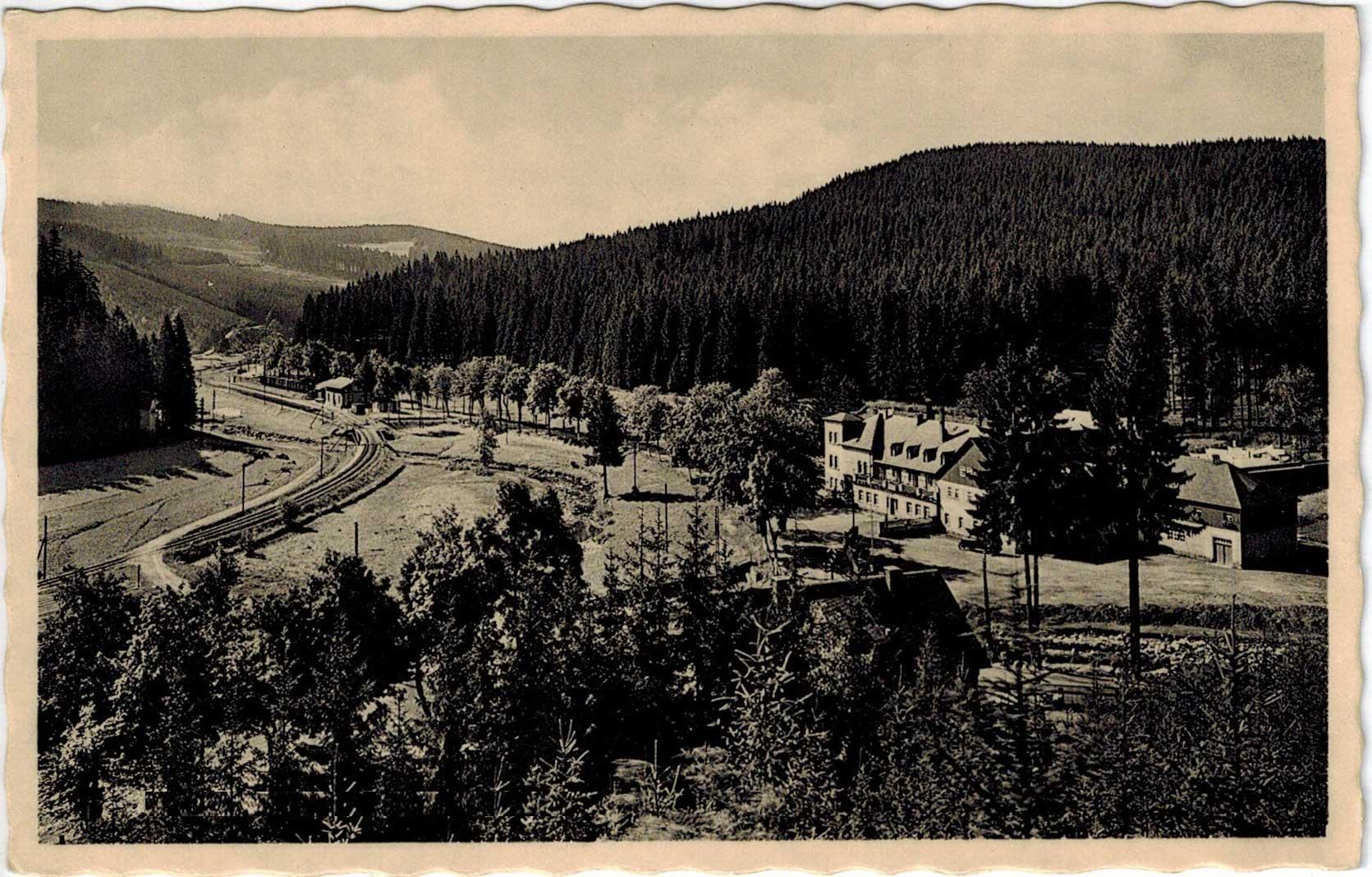 1934, a kép alján lévő fenyőfák mögött a Ház teteje