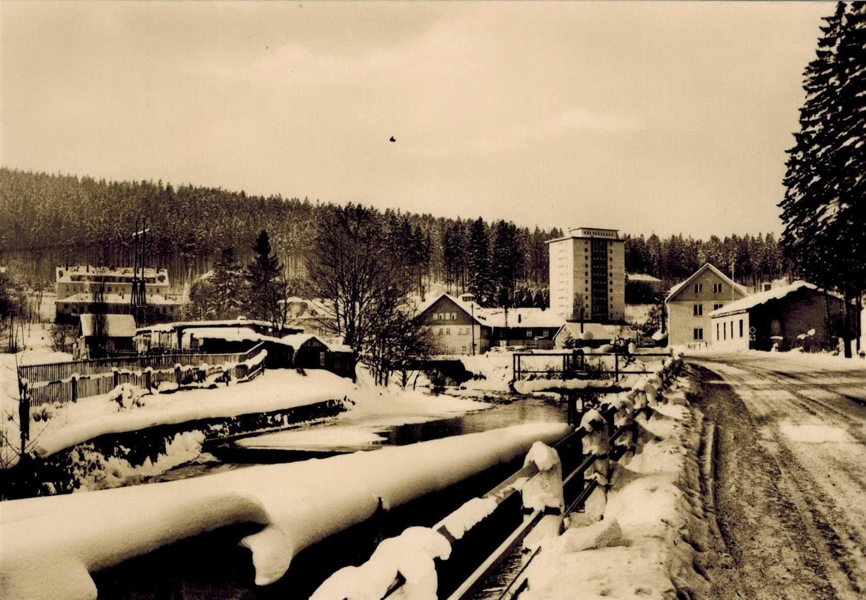 1975, a kép jobb szélén a Ház, előtte a telek felére felhúzott földszintes raktárépület