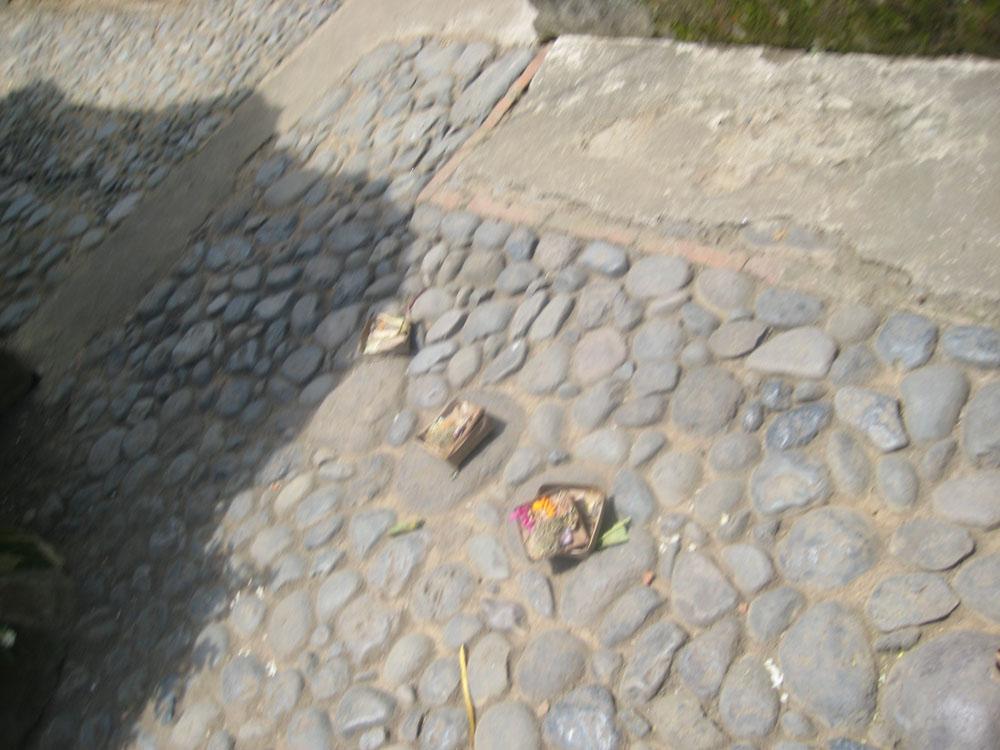 Az áldozatokat van, hogy nem a templomban hanem mindenfelé a földön helyeze ki szépen díszített csomagocskákba.