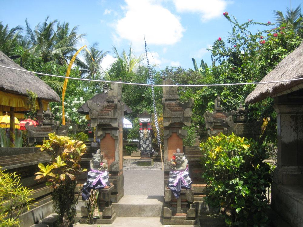A Templom bejárata a 'SZEGÉNY' házban O.o