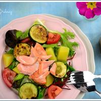 Saláta sült lazaccal, grillezett cukkínivel és nádcukor melaszos vinegrette-tel. Könnyű fogás, egyáltalán nem csak nőknek!