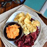 Zöldségszirom, villámgyors sültpaprikás sajt dip-pel, a bolti chips & salsa egészséges alternatívája