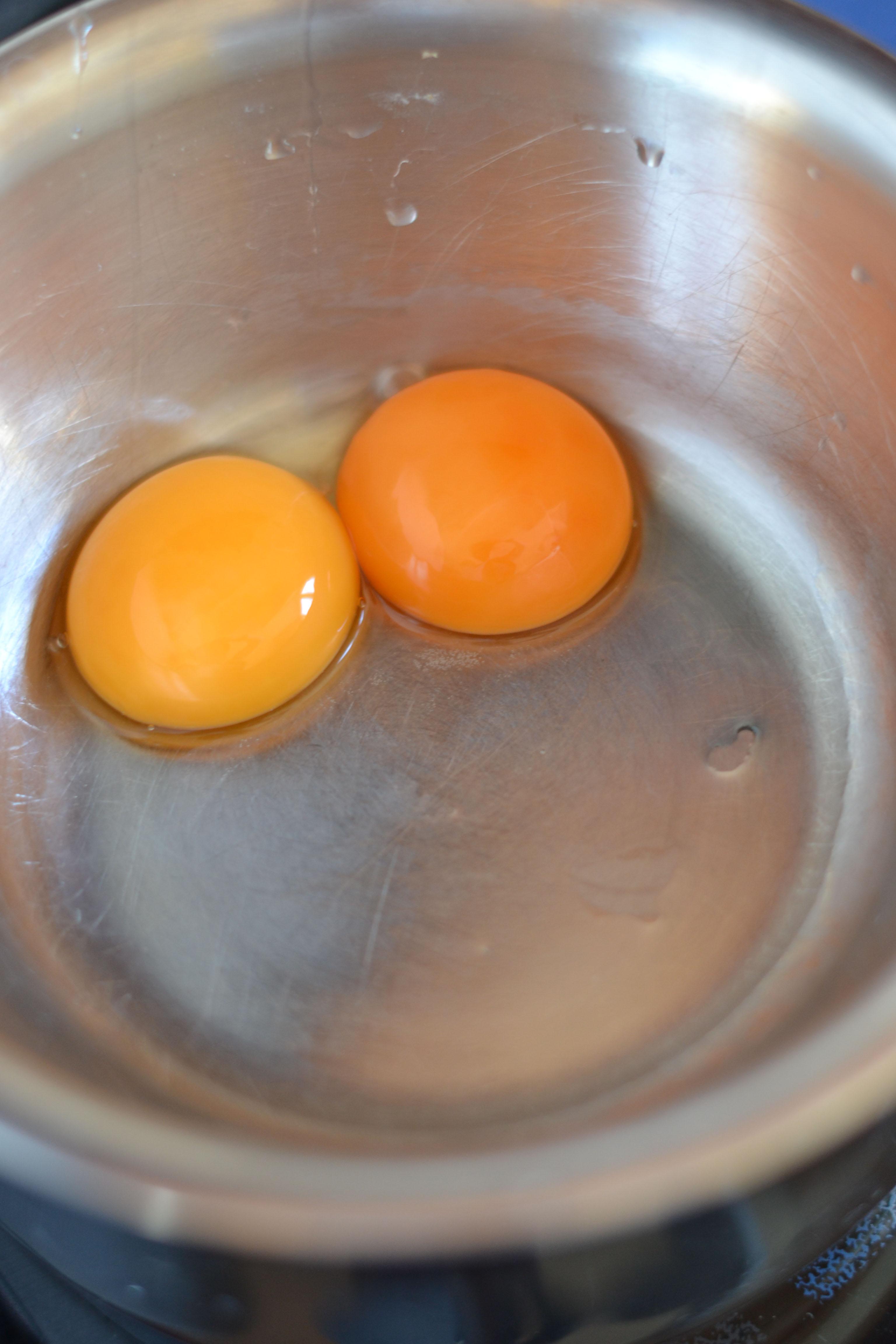 Tedd a tojások sárgáját keverőtálba