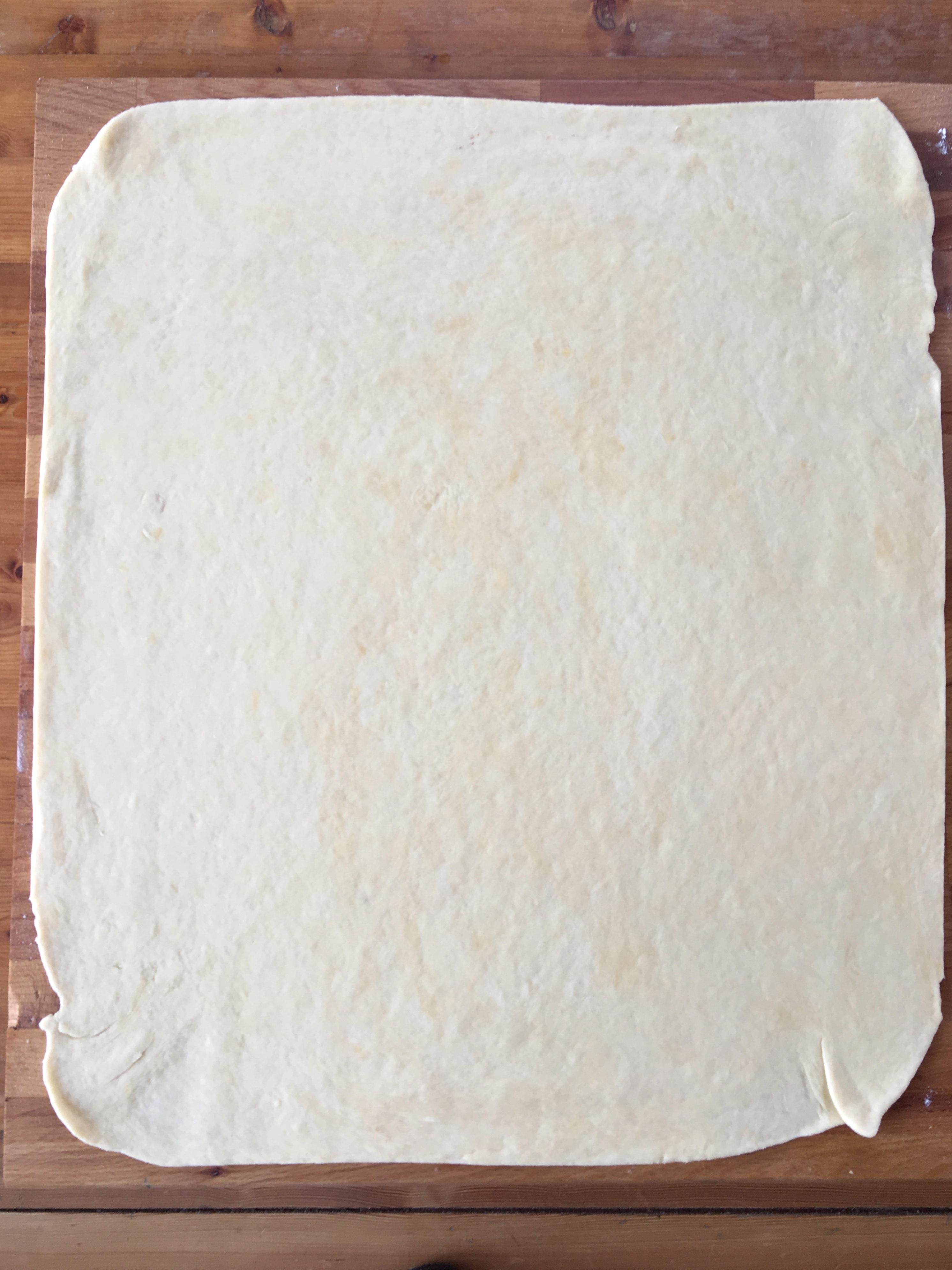 Nyújtsd minél vékonyabb, szabályos téglalappá a tésztát