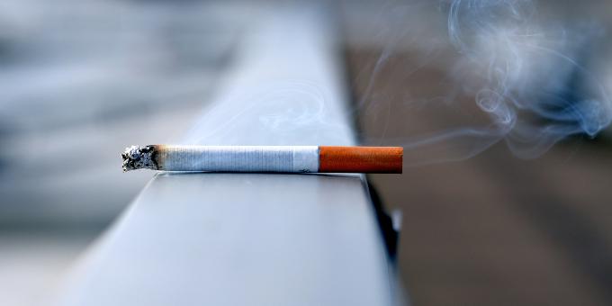 cigi_cigaretta_dohanyzas_erkely_szomszed_mit_tegyek_hamu_fust_tarsashaz_lakas.jpg