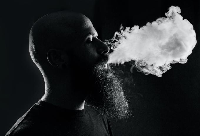 cigi_cigaretta_dohanyzas_erkely_szomszed_mit_tegyek_hamu_fust_tarsashaz_lakas_3.jpg
