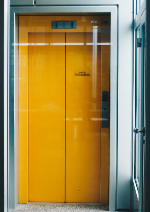 lift_beszorul_beragad_teendo_panik_nem_nyilik_megall_2.jpg