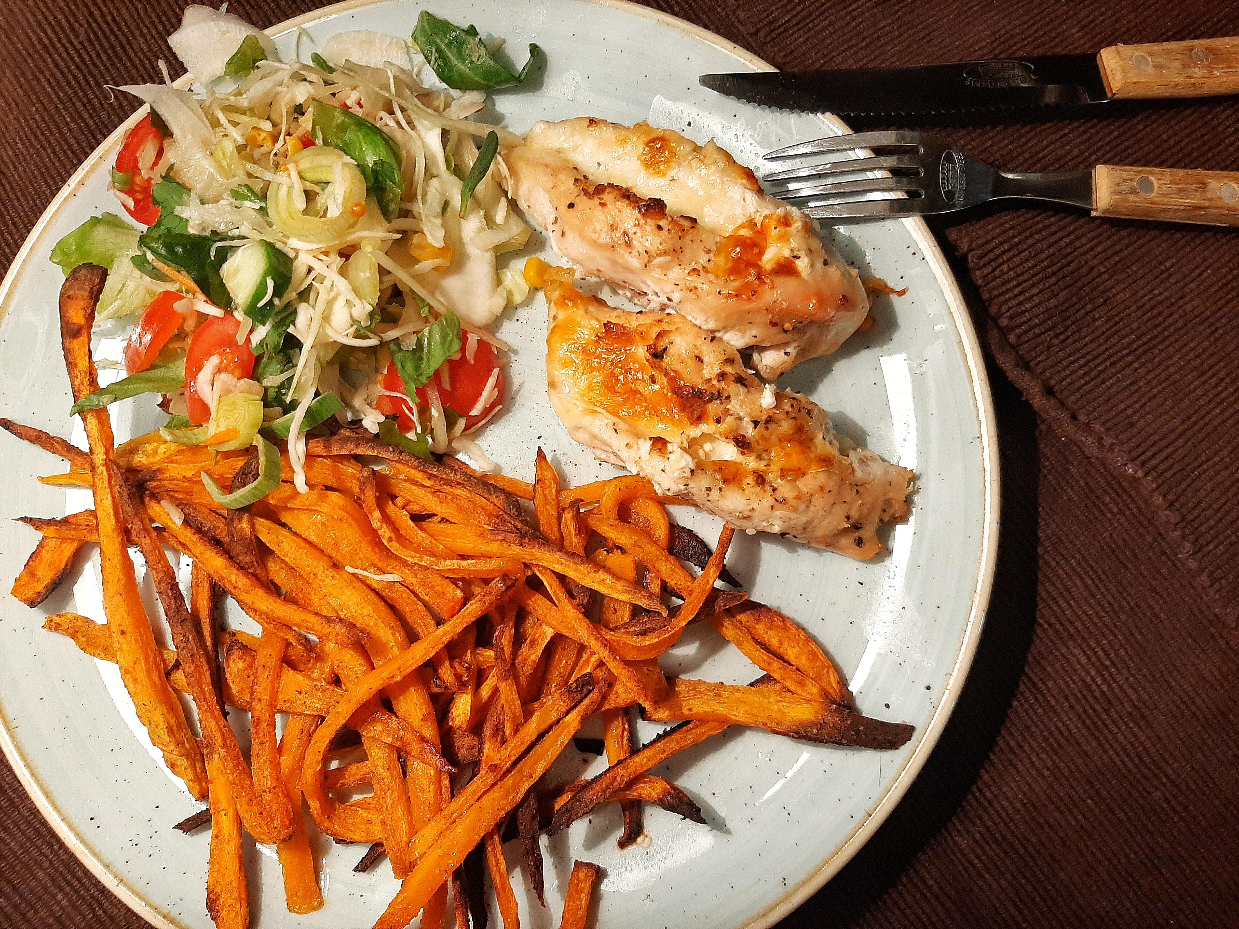 Sajtzsebes csirkemell sült édesburgonyával és salátával - éttermi minőség otthon