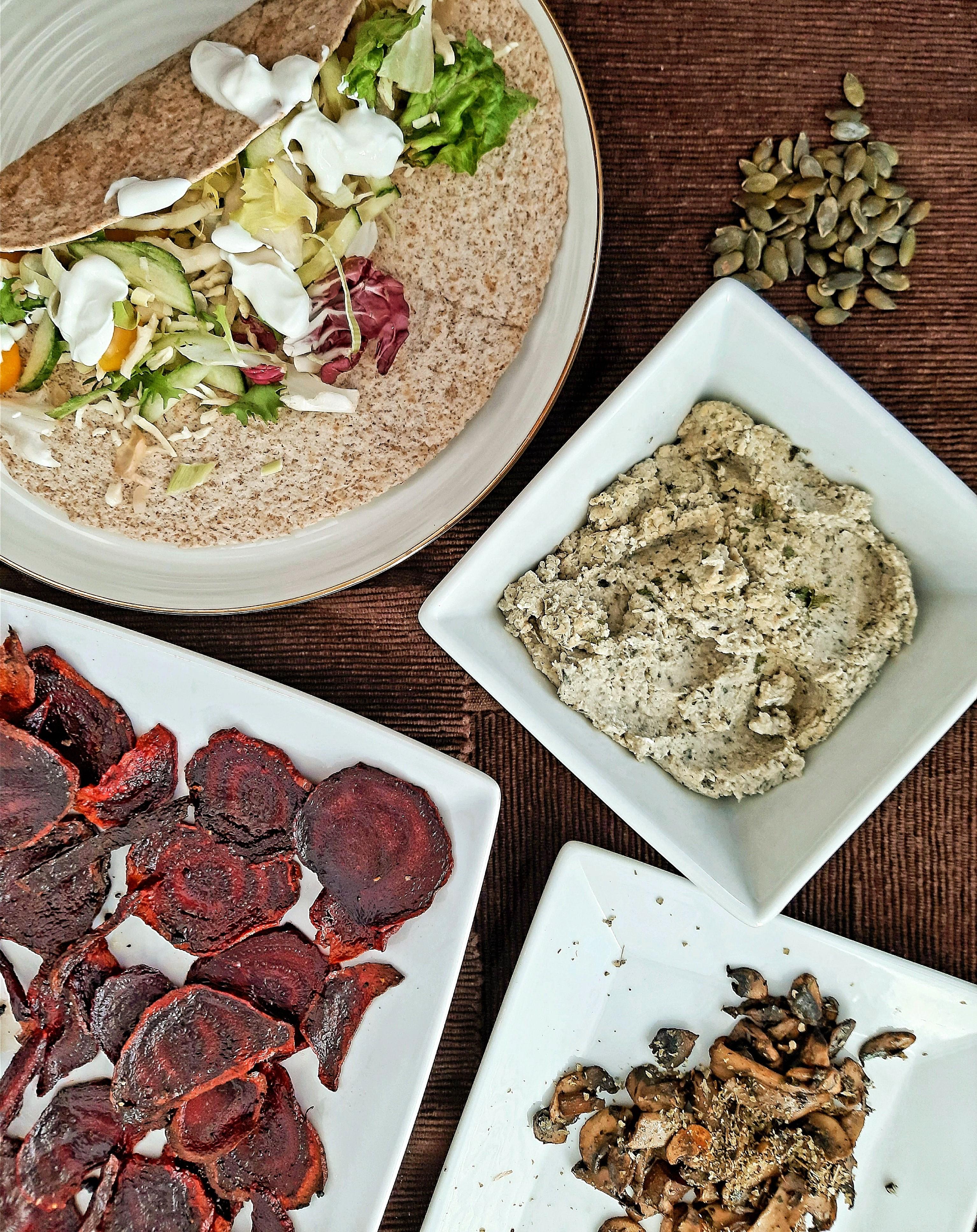 Babhummusz pirított hagymával,  céklachipssel, párolt gombával és zöldséges teljes kiőrlésű tortillával