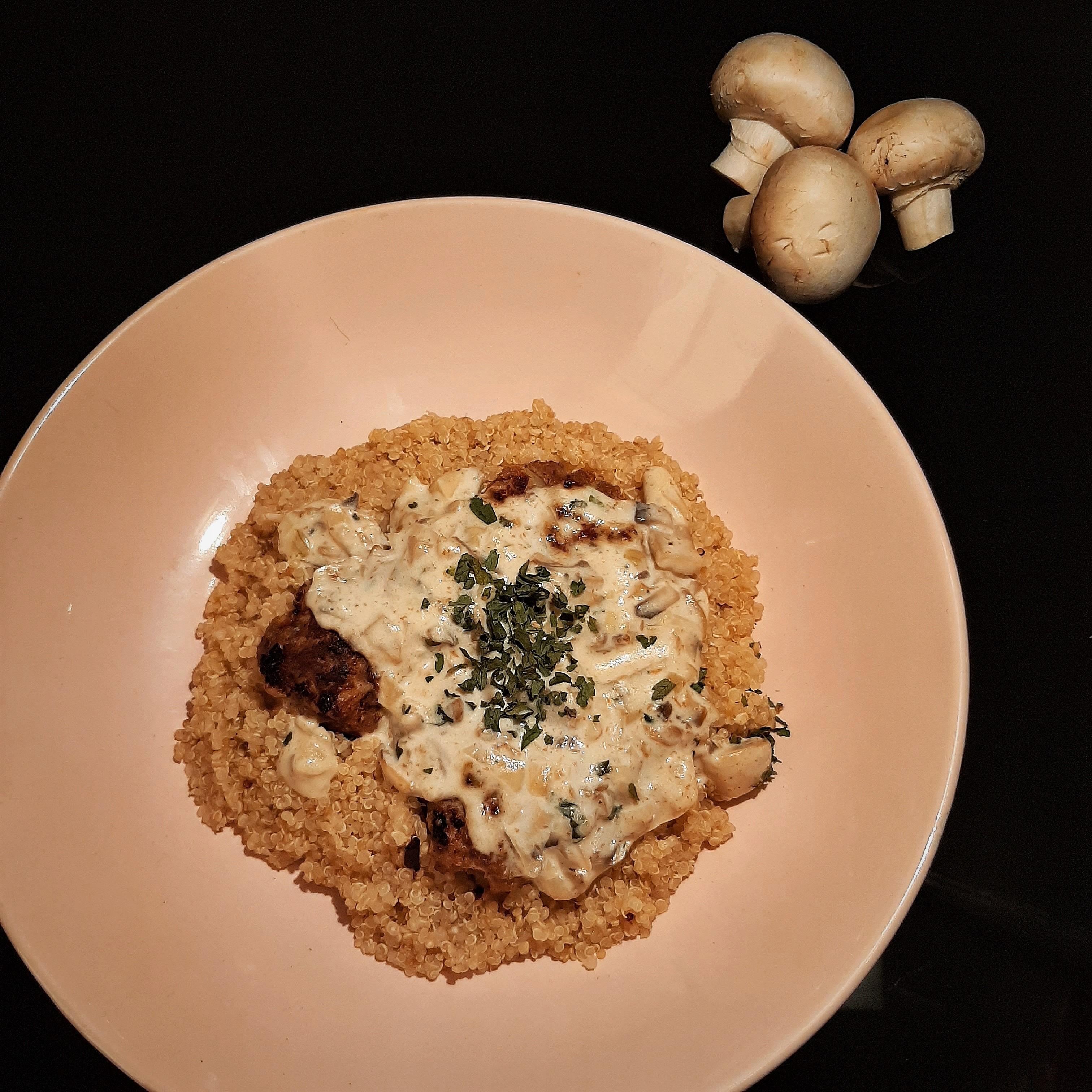 Hagymás pulyka húsgolyó tejszínes gombamártással és quinoával – hétköznapi hozzávalók, különleges végeredmény