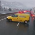 Beszorult a dugóba, ezért a forgalommal szemben hajtott egy osztrák postás az A10-es autópályán