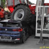 Munkagép – BMW-k 6-0: erdészeti jármű zúzott le autókat az ausztriai Voitsbergben