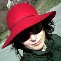 Ha öregasszony leszek, lilát hordok majd, piros kalappal