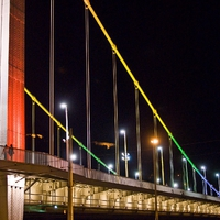Szivárvány színűre festették az Erzsébet hidat