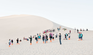 Lebegő embereket és kutyákat fotózott, már Kínában is volt kiállítása