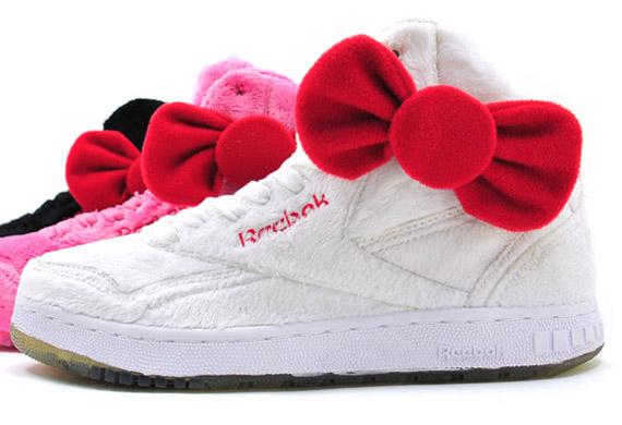Ma akadtam rá erre a gyönyörű Hello Kitty plüss cipőre ami tökéletesen  menne a plüss szív alakú párnámhoz. Csak egy a baj 956b40c196
