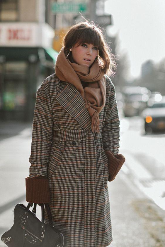 5d315cf2f6 Egy másik lehetséges megoldás, hogy a sálat a vállaidon átvetve, a  derekadnál egy övvel megkötöd. Ezt a pulcsi fölött, de akár a kabát fölött  is megteheted ...