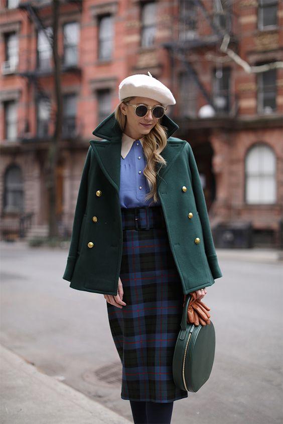 5b2f5877dc A nagyvárosi orosz nők mindig sikkes és nőies megjelenését juttatja eszembe  az alábbi outfit. A műszőrmével ellátott garbó és a légies maxi szoknya ...