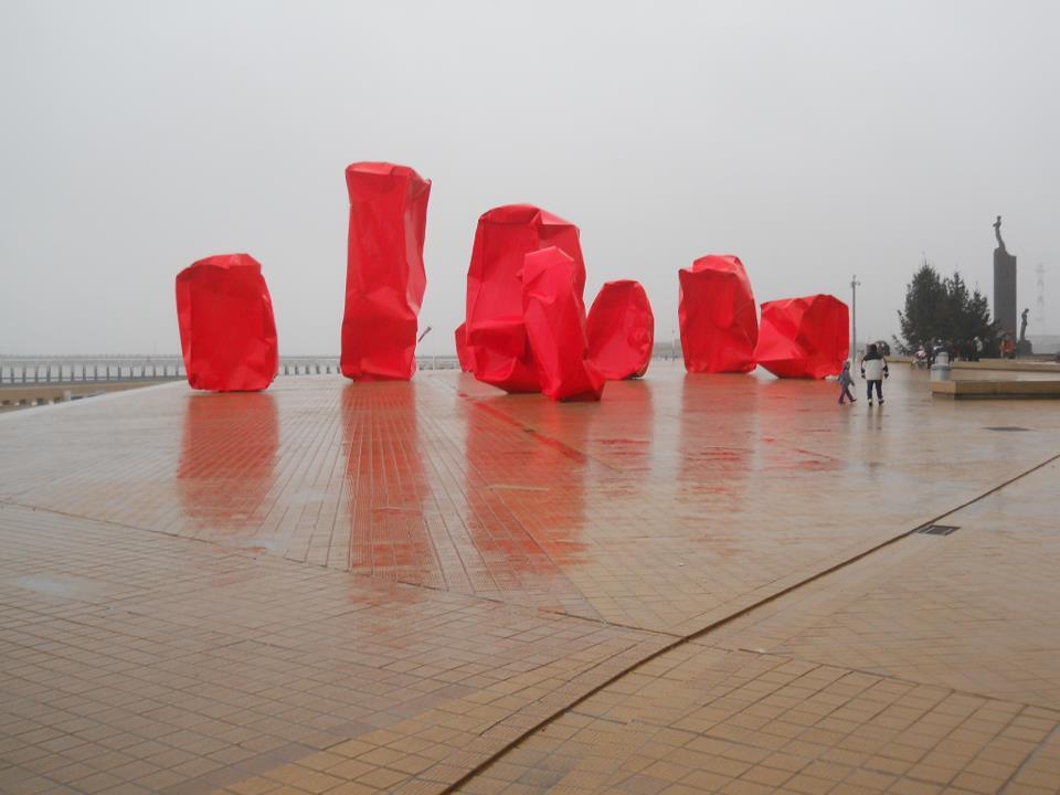 Ezek a szobrok Osztendében állnak. Először télen láttam őket, azt hittem le vannak valamivel takarva, mire rájöttem, hogy nem. A mű címe ,,Rock Strangers' és Arne Quinze alkotta őket. Ízlések és pofonok különbözőek. - (Fotó: Botos Zsuzsanna)