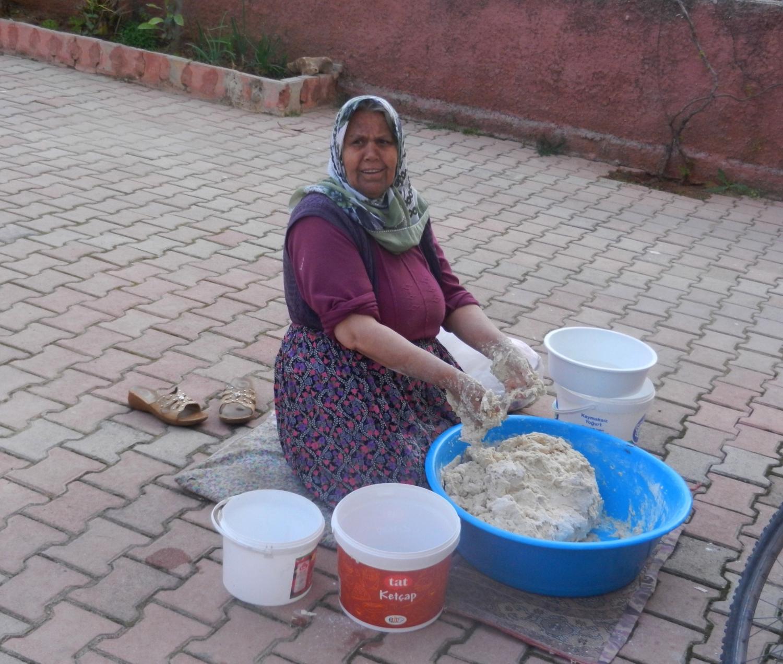 A törökök szinte mindenhez esznek kenyeret. Vidéken még mindig szokás, hogy a család kenyerét a háziasszony süti. Konyharuhába csomagolva, vékonyra nyújtva akár hetekig is eláll. - (Fotó: Orosz Joli)