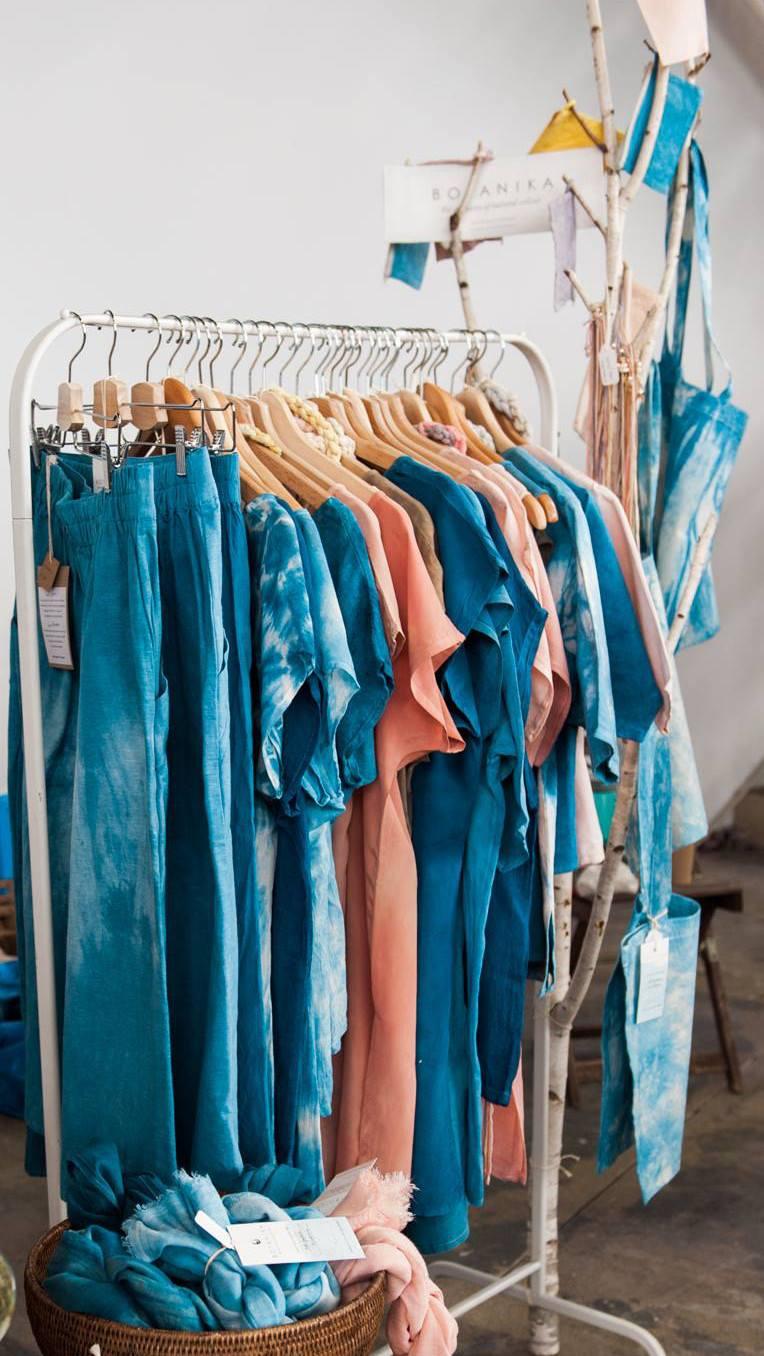 Festőnövényes ruhák a Botanika kínálatában (Fotó:facebook.com/hellobotanika)