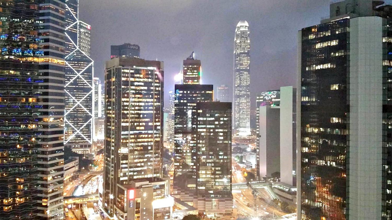 Minden hongkongi épületnek más színe van éjszaka (Fotó: Pataki Niki)