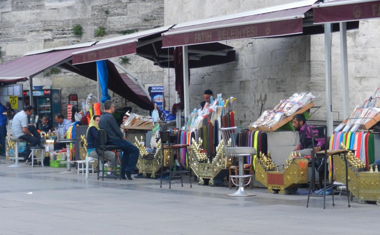 A törökök őrzik a hagyományaikat, a szakmákat illetően is. Így még mindig divat, hogy az utcai cipőtisztítónál pucoltatják a cipőiket. Turistákat kicsit lehúzzák, de ha ott él az ember egész jó áron lehet tiszta a cipőnk. - (Fotó: Orosz Joli)